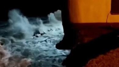 شاهد: المد يتسبب في ابتلاع المحيط لمنزل - صحيفة هتون الدولية