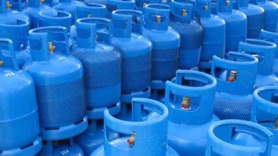 شاهد: عامل يرتب أسطوانات الغاز بشكل غريب - صحيفة هتون الدولية