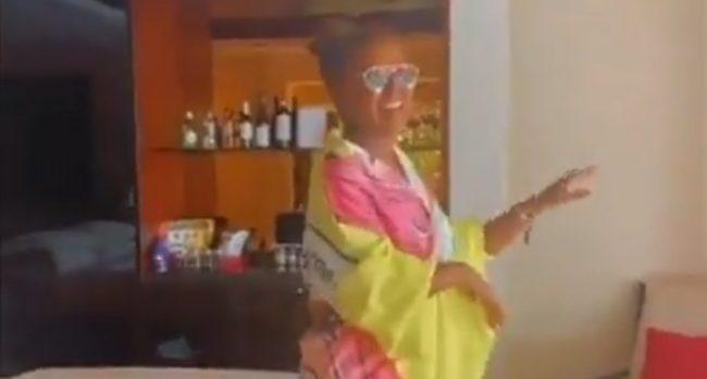 وعد ترقص وخلفها زجاجات الخمور - صحيفة هتون الدولية