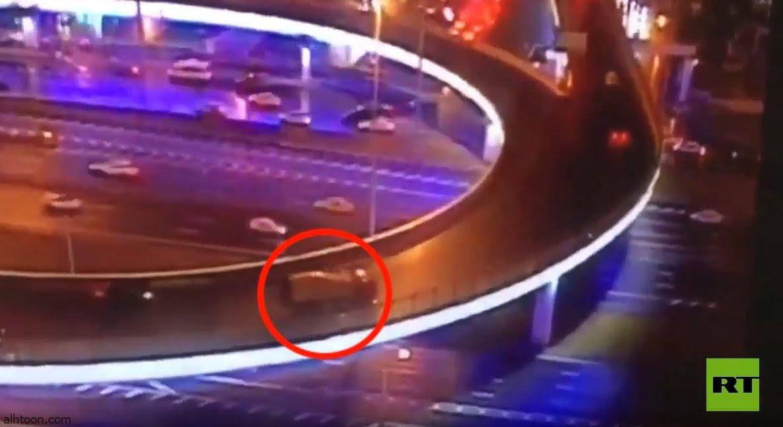 شاهد: سقوط خلاطة خرسانة من على جسر - صحيفة هتون الدولية