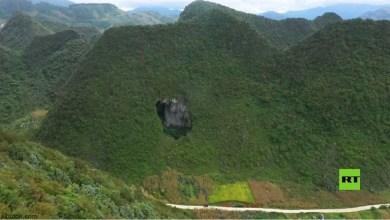 فيديو .. حفرة عملاقة في جبال الصين - صحيفة هتون الدولية