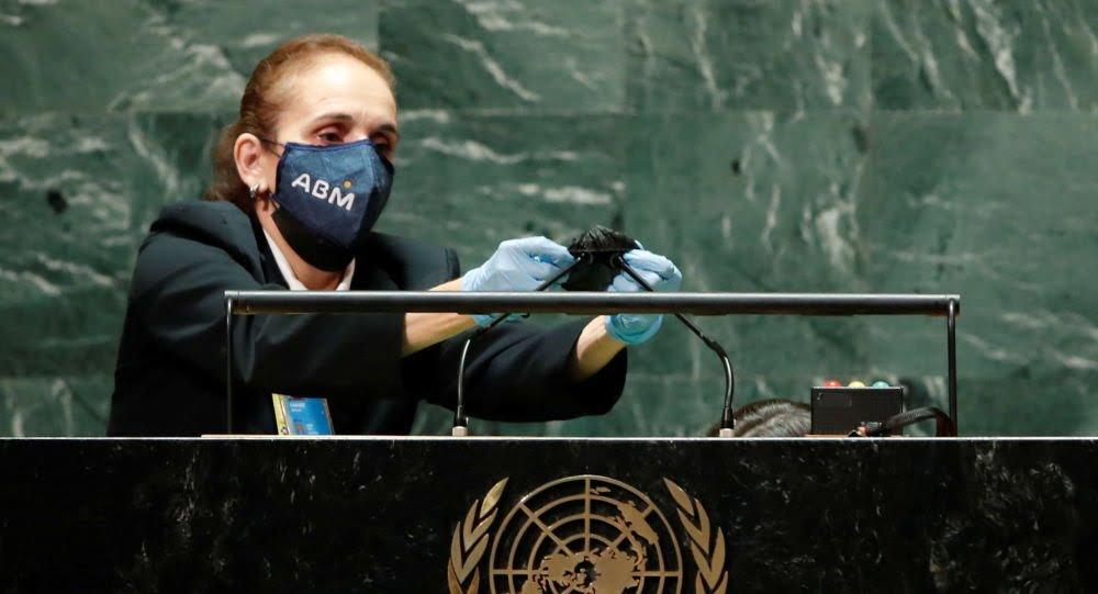 شاهد: موظف يعقم ميكروفون بايدن - صحيفة هتون الدولية
