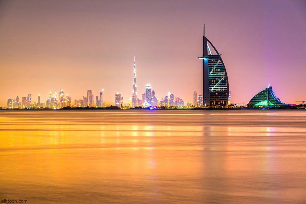يتميز مناخ دبي بالمناخ الصحراوي المداري، بسبب موقع دبي ضمن حزام الصحراء الشمالي. في الصيف حار جدا ورطب، بمعدل ارتفاع حوالي 41 درجة مئوية (106 درجة فهرنهايت) وأدنى مستوياته خلال الليل حوالي 30 درجة مئوية (86 درجة فهرنهايت). أعلى درجة حرارة سجلت في دبي هي 52.1 درجة مئوية (126 درجة فهرنهايت) في عام 2002. معظم الأيام مشمسة على مدار العام. غيوم في دبي بفصل الشتاء الشتاء في دبي يعتبر دافئ وقصير مع ارتفاع متوسط من 23 درجة مئوية (73 درجة فهرنهايت) والانخفاضات بين عشية وضحاها من 14 درجة مئوية (57 درجة فهرنهايت). مع ذلك، فقد تزايد هطول الأمطار في العقود القليلة الماضية مع الأمطار المتراكمة تصل إلى 150 ملم (5.91 في) سنويا.مناخ دبي يمكن أن يجلب الأمطار القليلة وعدم الانتظام كما هي الحال بالنسبة للشرق الاوسط . فتهطل معظم الأمطار في بين الأشهر ديسمبر-مارس فالطقس في الفترة بين ديسمبر ومارس يكون دافئا ويعتبر أن تكون الظروف المناخية الأكثر راحة من السنة.