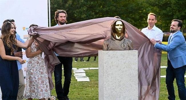 """تمثال مقنّع لمؤسس """"البيتكوين"""" الغامض في المجر -صحيفة هتون الدولية"""