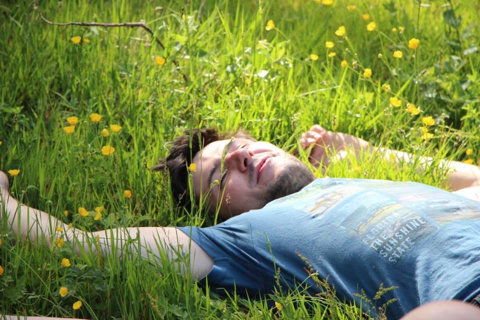 Ben dort dans l'herbe.