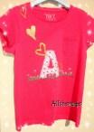 Camiseta con inicial aplicada y corazones dorados pintados a mano.