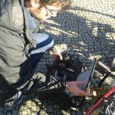 Kameramann Sebastian Krauße bereitet seine Kamera (DSLR) auf den Dreh vor