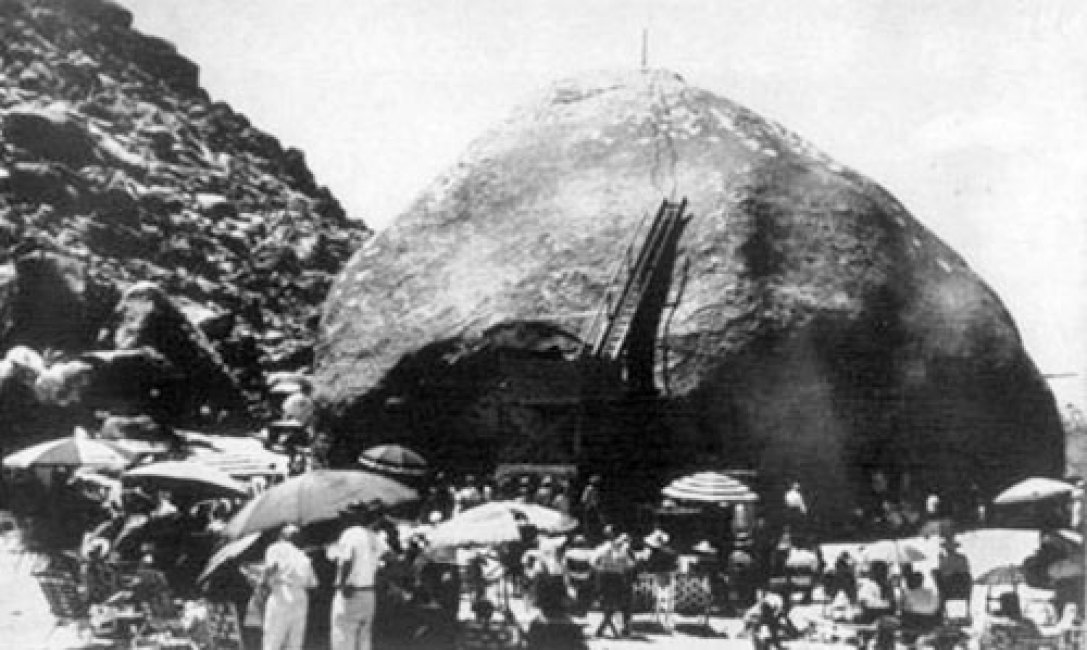 Van Tassel and his followers held regular events at Giant Rock, believing it to be a contact point between humans and UFOs.