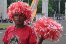 Wig merah-putih.