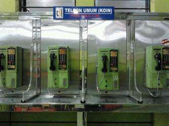 Deretan telepon umum koin di Stasiun Gambir, Jakarta Pusat, Senin (1/4) kini jarang digunakan. Ekspansi ponsel dan smartphone membuat telepon umum makin terpinggirkan.