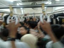 Penumpang berdiri di kereta rel listrik commuterline relasi Duri-Tangerang, Selasa (26/11) petang. Pada jam sibuk, jumlah penumpang melonjak dan keadaan kereta penuh sesak.
