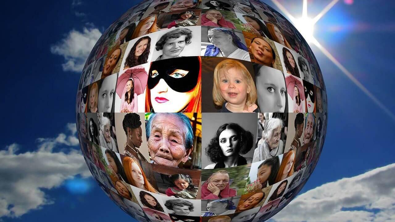 世界中の人々の顔写真が地球の上に貼ってある国際社会を感じさせる写真
