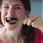 Utiliza este polvo negro en tu cepillo y blanquearan tus dientes en 2 minutos así de facil