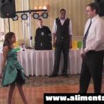 Esta Hija Saca a Bailar a Su Padre, y Lo Que Este Hace Dejó a Todos Los Invitados Helados!