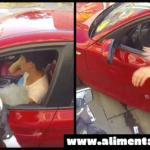 Lanza un montón de basura por la ventana! Pero a continuación un motorista le da una lección de vida que jamas imagine… Yo mismo me sorprendí bastante pero de verdad es muy buena!!