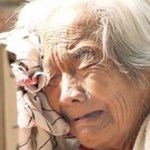 Anciana Moribunda Va A Orinar En Una Bolsa – Entonces Descubre El Médico ESTO Y Se Quedó Frío…