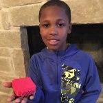 Este niño de 10 años inventó un aparato genial para evitar que los niños mueran en coches por el calor, tras morir así su vecino