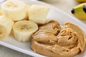 banana con mantequilla de mani