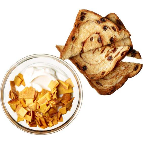 Yogur tropical con pan tostado de canela