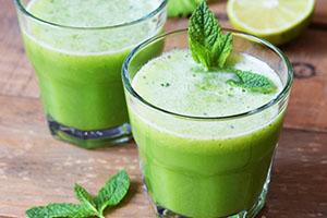 jugo con hojas de menta