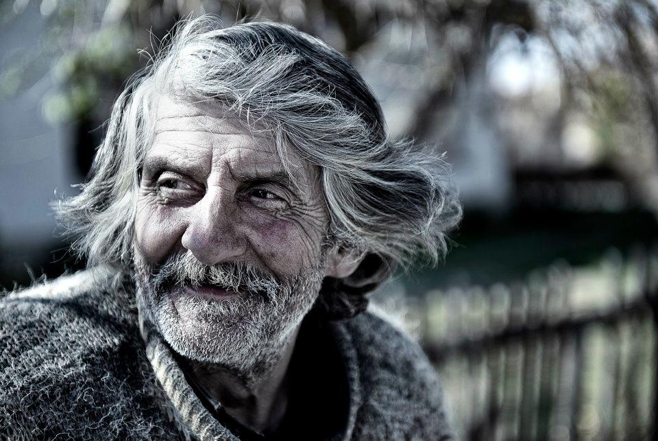 Un om sarac a fost intrebat de un om bogat de ce zambeste daca nu are nimic pe aceasta lume. Raspunsul te va coplesi