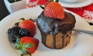 Brioşă cu fructe şi cremă de ciocolată