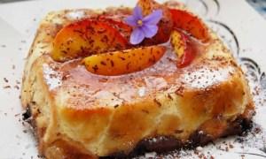 Prăjitură cu piersici caramelizate