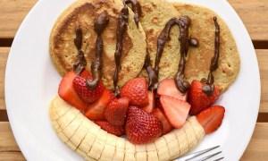 Mini pancakes cu ciocolată şi fructe