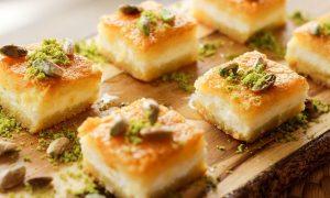 Prăjitură cu brânză dulce şi fistic