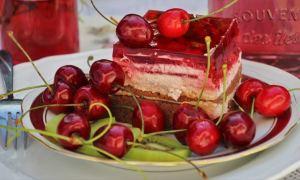 Prăjitură cu vanilie şi jeleu de cireşe