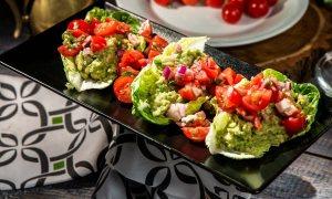 Salată cu guacamole și roșii cherry