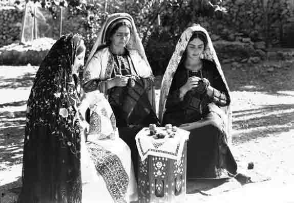 https://i2.wp.com/aline.dedieguez.pagesperso-orange.fr/mariali/chaos/tremblement/Ramallah-brodeuses,-1940.jpg