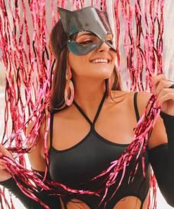 A Fantasia Mulher Gato vem com body com acabamento em elástico, luvas, meias e mascara de couro
