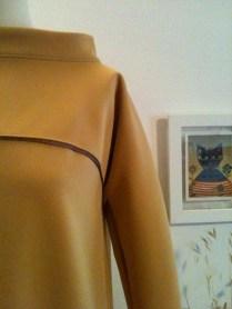 vestido ocre cuello