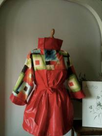 Impermeable cubista en rojo Red Cubist raincoat 115€