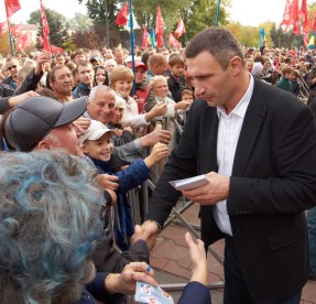 Vitaly Klitschko shaking hands with a man