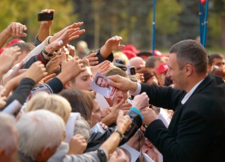 Vitaly Klitschko gives flyers to the people