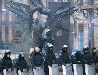 "Police and ""Berkut"" against the Chornovil monument"