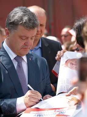 Poroshenko signs a poster