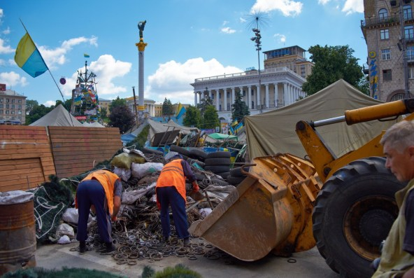 Workers of Public utility of Kiev demount barricades