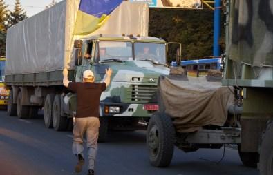 Man greets Ukrainian soldiers