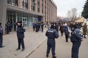 Police guards Yuri Vilkul's opponents