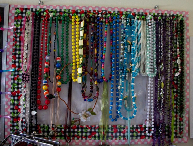 knolling my necklace collection using color order as an additional system