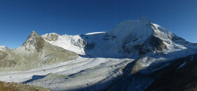 On the left, the Pigne d'Arolla, and on the right, the Mont Blanc de Cheilon