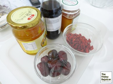 Salad sauce and garnishes