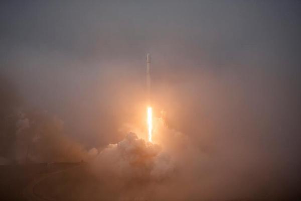 Il Falcon-9 appena partito da Vanderberg, California
