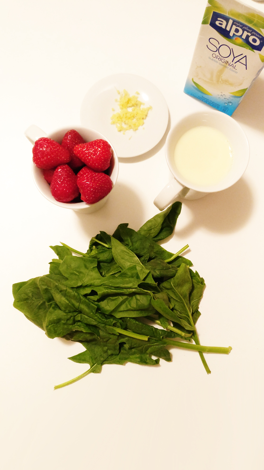 Strawberry spinach smoothie with ginger
