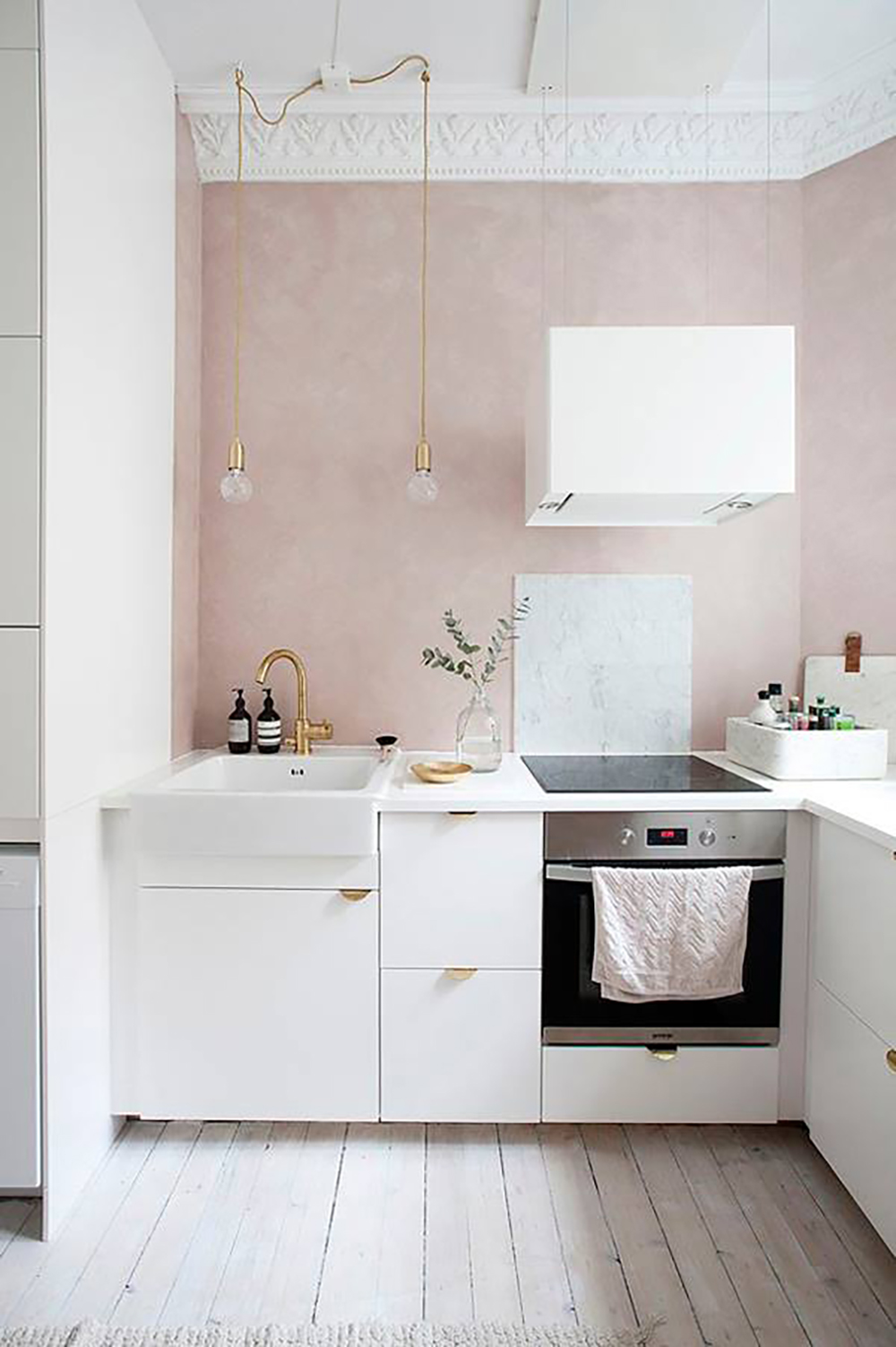 Elegant pink kitchen with white and gold - Warm up your home with pink wall colour | Aliz's Wonderland