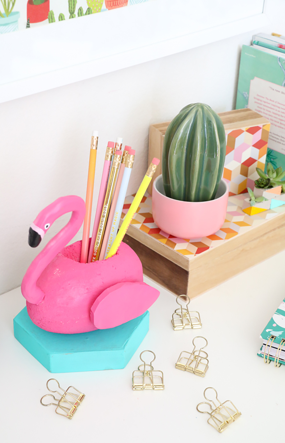 DIY Flamingo pencil holder - Decorate your home with flamingos | Aliz's Wonderland