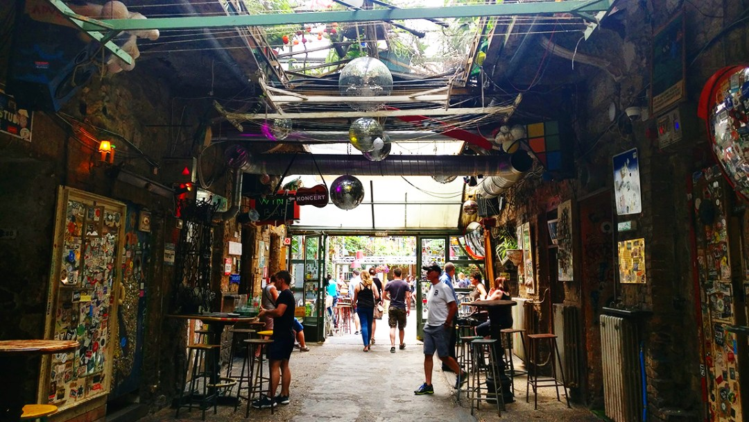 Szimpla kert, the famous Hungarian ruin bar - 40 reasons to fall in love with Budapest | Aliz's Wonderland